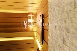 Detail kamenná stěna kvarcit white a luxusní přesýpací hodiny